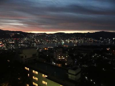 6:07、宿泊ホテル:稲佐山観光ホテルの部屋から見た夜明け前の長崎の街。<br />長崎湾方向です。<br />