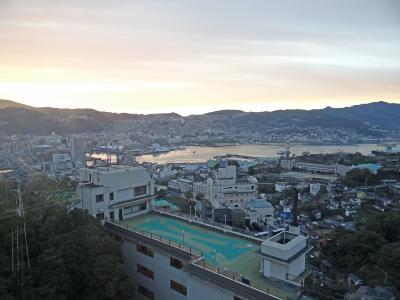 6:39、一風呂浴びて部屋に戻ってきました。<br />ホテルの部屋から見た朝焼けの長崎の街ってとこですか。<br />