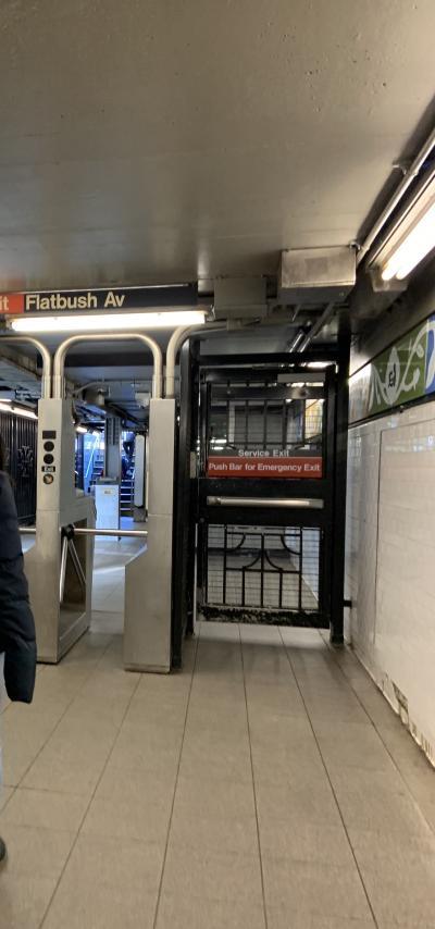地下鉄に乗ります。