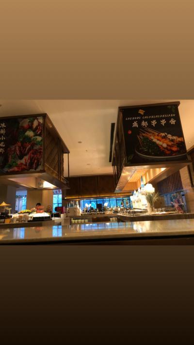 ノボテル上海クローバーホテルの朝ビュッフェ!結構広く席も沢山ありました。始まったすぐ行ったので近い良い席で食べれました。ワンタンを作ってくれる所がありましたがそこはオープンから少し経ってから始まる感じでした。