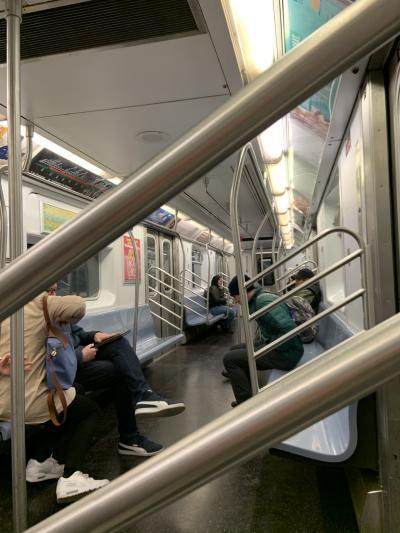 ガラガラの地下鉄内。<br />まだマスクをしている人はあまりいなかったです。<br />人混みの中では極力、話をしないで持参したアメを舐めてました。除菌ジェルもそろそろなくなってきました。