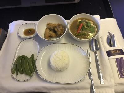 機内食がありました。日本食またはタイ料理から選ぶことができ、タイカレーをえらびました。辛さ控え目で美味しい