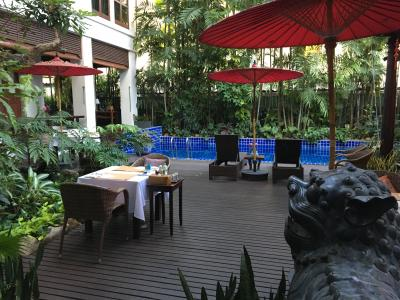 朝食会場はプールがある中庭です。