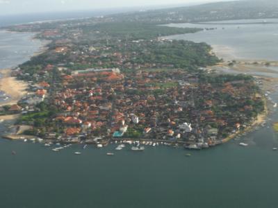 インドネシアの観光地バリ島に、やってきました。<br /><br />飛行機は、バリ島の空港に着陸するため、旋回中です。