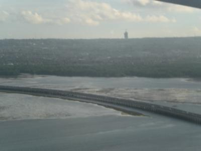 海岸の傍の高速道路の上を飛行しています。<br /><br />この高速道路は、サヌール方向にも伸びているようです。<br /><br />遠くにデンパサールの飛行場の管制塔が見えます。