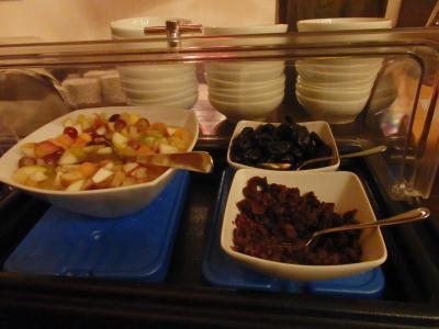 朝食はビュッフェ形式です。<br /><br />フルーツや・・・