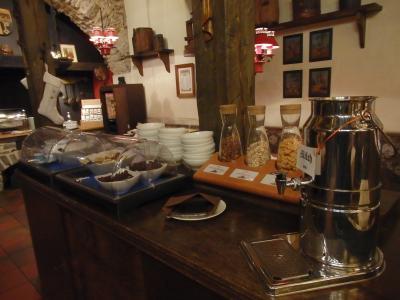 ベルンカステル・クースのベルンカステル側にあるホテル・ドクター・ヴァインシュトゥーベでの朝食は7:30~10:00<br /><br />ランチやディナータイムには地元の方にも人気のあるレストランが朝食タイムは宿泊者用の朝食ルームになっています。