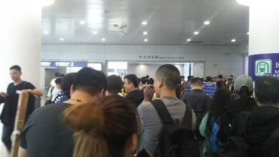 ターミナル1のイミグレはGWを日本で過ごしたであろう上海赴任の日本人おっさんが屯ってる。<br /><br />そんな中、順番を並びイミグレをパスして地鉄の駅へ向かう...<br /><br />うわっ ダダ混み<br />