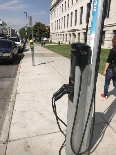 路上に電気自動車用の充電スタンド発見。