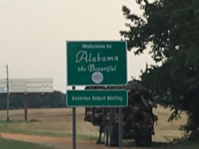 アラバマ州<br />州都モンゴメリーは、南北戦争中、奴隷制を支持していた南部連合の首都でした。<br />1960 年代には公民権運動の中心となった、アメリカの歴史には重要な州です。<br />日本人であればだれでも知っているヘレン・ケラーの生家が、タスカンビアという小さな町にあります。