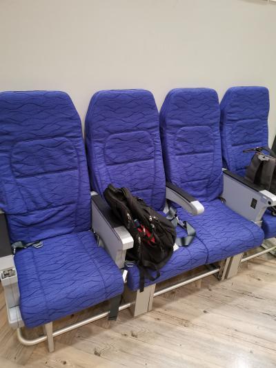 ノックスクートのオフィス。 <br />待合スペースの椅子は飛行機のシート。<br /><br />面白くて撮影。(そんな写真撮ってる場合か!)<br /><br />結局、確かにその日のフライトはキャンセルされていますが、それは以前から予定されていたことで、私が乗る翌日のフライトは予定どおり飛ぶとのこと。<br /><br />面倒なことにならずに済んでよかった。<br /><br />ノックスクート職員の対応はとても親切でした。<br />LCCの格安チケットということで、冷たい対応を予想していましたが。<br /><br />タイの「おもてなし」もなかなかです。<br /><br />