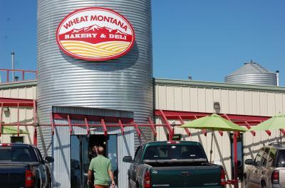 一日目。イエローストーン国立公園からグレーシャー国立公園への移動日です。快晴のモンタナ州を進みます。