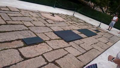 11:30~12:20アーリントン墓地<br />写真はケネディ大統領の墓碑。