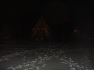 早速初日の晩、オーロラビレッジに。<br />こんなテントがたくさんあって、オーロラが出るまでみんなでここで待機したり、ビレッジ内で夜食を食べたりして待ってました。<br />なんせ寒いのでじっと外で待ってるのは辛いのです。
