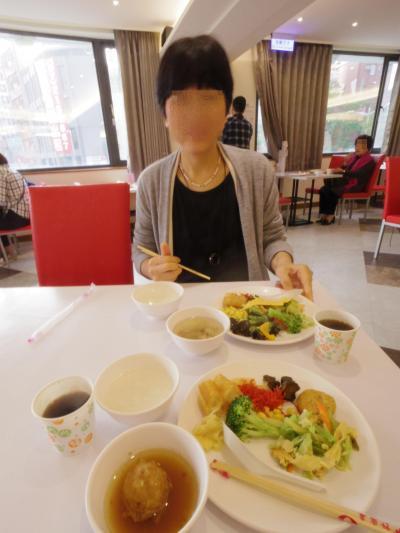 高雄の美麗島駅そばにあるセンターホテル。<br />昨夜は広い部屋と、広い浴室についてリポートしたのだが、朝食も広いレストランで頂いた。<br />アジア圏はユーロ圏と違って、朝食の種類が多いのがうれしい。