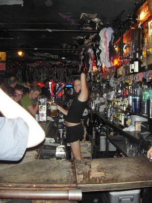 バーで働いている女性はとても気さくでした。カメラを向けるとポーズをとってくれた優しい女の子。