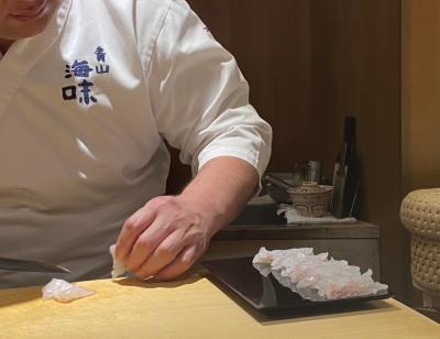 カウンター内部では、既に寿司のパフォーマンスショーが始まっている。<br /><br />遠目から見ても透明度の美しい平目を、大将がさばいていく。<br />その横で盛り付けられていくカウンター人数分の前菜も、遠目で見ても美しい。<br />