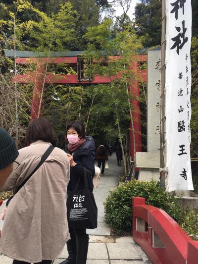 アクセスは、JR熱海駅のひとつ西側の駅、来宮駅が最寄り駅です。ものの5分以内です。<br />こちら来宮神社の参道です。