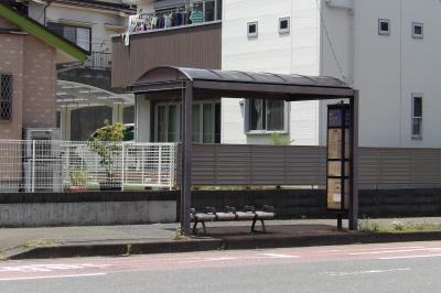 丸屋根の清水橋バス停。