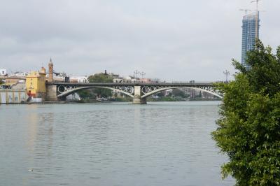少し先にイサベルⅡ橋が見える散歩道に降ります。