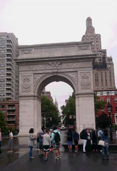 ワシントンスクエアの平和凱旋門。右奥にあるのはOne Fifth Avenue Apartment。遠くにエンパイアステートビルが見えます。