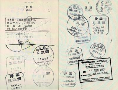 そして日本の入出国のスタンプは長方形!<br />翌 75年からは、すでに現在と同じ丸と四角だが<br />面白いことに気づいた。<br />94年から入出国スタンプが逆で出国が四角、帰国が丸に…