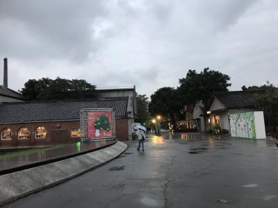 前回はたばこ工場跡地の、<br />誠品書店を中心とした「松山文創園区」に行きましたが、今回は、<br />日本統治時代の酒工場跡地である「華山1914創意文化園区」に<br />来てみました。<br /><br />こちらも、昔の建築物を活かした、おされな施設に整備されていました。