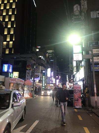 空港からはタクシーで移動。<br />一旦荷物をホテルに置いて、夜ご飯を食べに街へ!