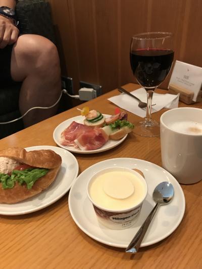 サクララウンジは混んでいたし、何度も滞在しているから、今回はキャセイの成田空港のラウンジも体験しておかないと!と、キャセイのラウンジへ移動。<br />こういう時に、2つのラウンジに行かねば!と夫の知恵が働くのです。<br />キャセイのラウンジは、軽食がある程度。食事はサクラの方がよかったかな?<br />ハーゲンダッツがあったので、私はティータイム。夫は、朝の福岡空港からずっとアルコールタイムです。<br />出国までに3つのラウンジを堪能して、いよいよフライト。