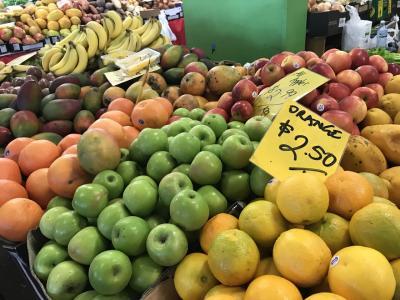 まずはラスティーズマーケットへ。地元の方向きの場所でしたが見ているだけでも楽しかったです。山積みのフルーツがたくさん!!