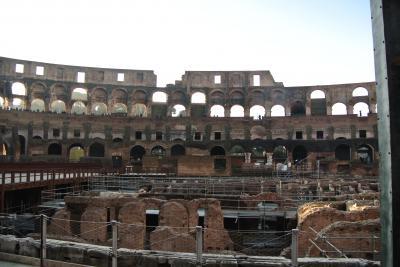 現代の競技場や野球場と同じような構造ですが、座席の部分がぬけおちてしまっているんですね。<br />アリーナは地下がむき出しになっています。