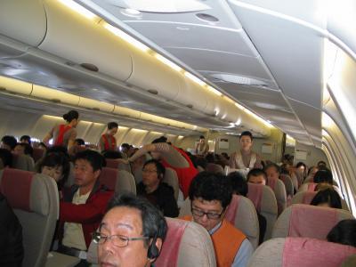 アシアナ航空の機内です。ほぼ満席状態。今のコロナ騒ぎ渦中とはえらい違いです。<br />