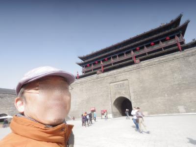 今日は、西安の城壁を自転車で巡り、王宮の城壁のデカさを実感するというミッションである。<br />ホテル近くの、永寧門(南門)から城壁に上がる。(54元)