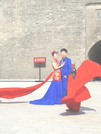 城門内で結婚写真を撮っていた。<br />この色彩、なかなか日本ではお目にかかれない。<br />青レンジャーと赤レンジャー。<br />日本でもあるな。