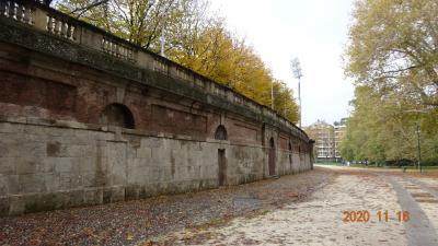 たぶん、この壁の中がアレーナなんだと思う。<br />中に入りたい!