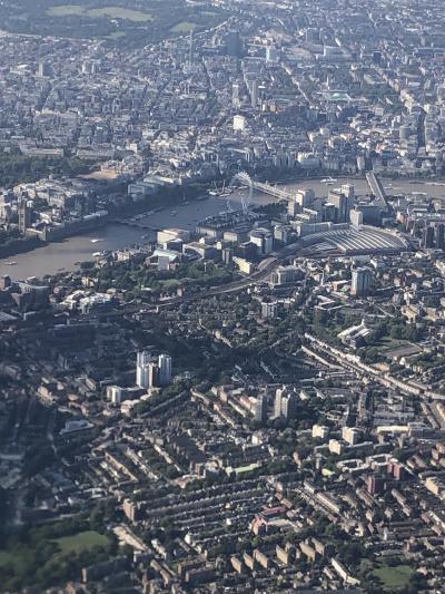約12時間の空の旅。ロンドンの街が見えてきました。