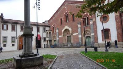 この教会は、ティチネーゼ門の北にある。
