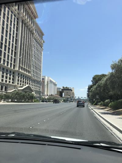 右手のベラッジオに入る車線 土曜日ですが車もまばらです。<br />しばらくの間MGM パーキングが無料に戻りました。そうでもしないと 基本しばらくは地元民が行くだろうと思われるので 集客できないでしょうね。