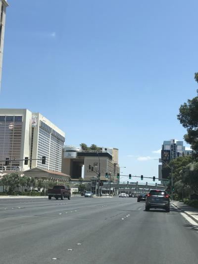 右に行くとベラッジオの西フラミンゴ通り。<br />ガラガラです。<br />