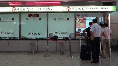 空港に一つしかない「中国銀行」の両替所で両替しよう。窓口には4~5人並んでいたが、いくら待っても全く進まない。何ごとかと思っていたら、なんと両替する現金が足りなくなって、金庫の鍵を持っている責任者を探しに行っていた。さすが中国、いきなりこれか!