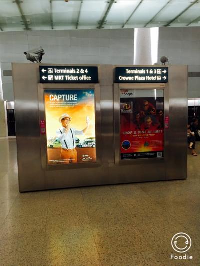 タイ航空だったのでターミナル2に到着。<br />空港からMRTに乗ってダウンタウン駅へ向かいます