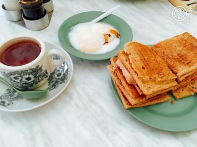 カヤトーストと紅茶(砂糖・ミルクなし)<br />かなりのバター量でちょっと胃もたれ。。。カヤジャムは美味しいのだけど。卵なしでは食べきれないわー。卵のしょっぱさがたまらない。<br />
