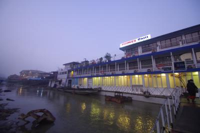 前日の観光でお世話になったバイタクのドライバーさんに船着き場まで送ってもらいました。