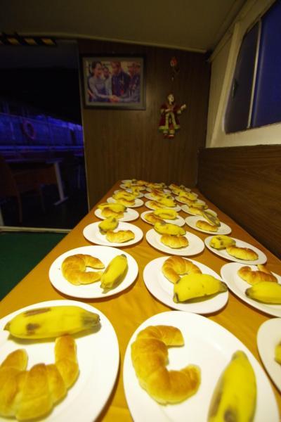 ゲストハウスには早朝出発の旨伝えて軽く朝食だけ出してもらえたのですが、船の中でも食事は出ます。乗り込むとすでに全員分の食事が用意されていました。
