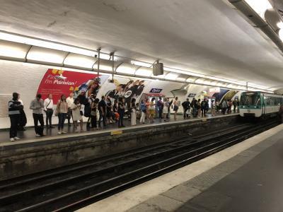 パリ2日目。ホテルで朝食後地下鉄に乗りシテ島サントシャペルを目指します