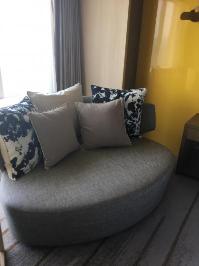 窓辺のソファは部屋を向いてますが