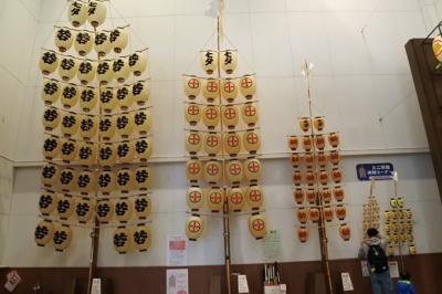 秋田市民俗芸能伝承館=通称「ねぶり流し館」<br />大きさの違う竿燈が並ぶ。<br />右端の一番小さい物から段々大きい物を持てるように練習するのだとか。<br /><br />小学生高学年で右から2番目の「幼若」5キロ<br />中学生で左から2番目の「小若」15キロ<br />大人になると左端の「中若」30キロ<br />