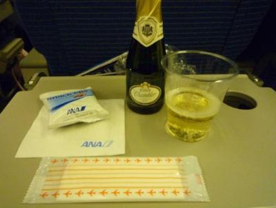 ANA 成田→香港 【NH NRT→HKG B767】<br /><br />路線にもよるのかJAL にはないボトルのスパークリング。