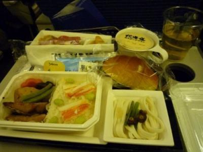 蟹ご飯に機内食の定番の魚の照り焼き。<br />ANAと言えばいつも美味しい麺が付いている率が高い。