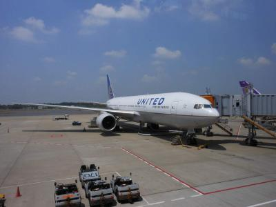 成田 UA0827便 11:05発 に搭乗です。